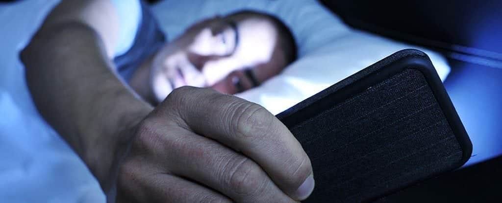 Existe uma maneira correta de usar o celular na cama sem acabar com o seu sono