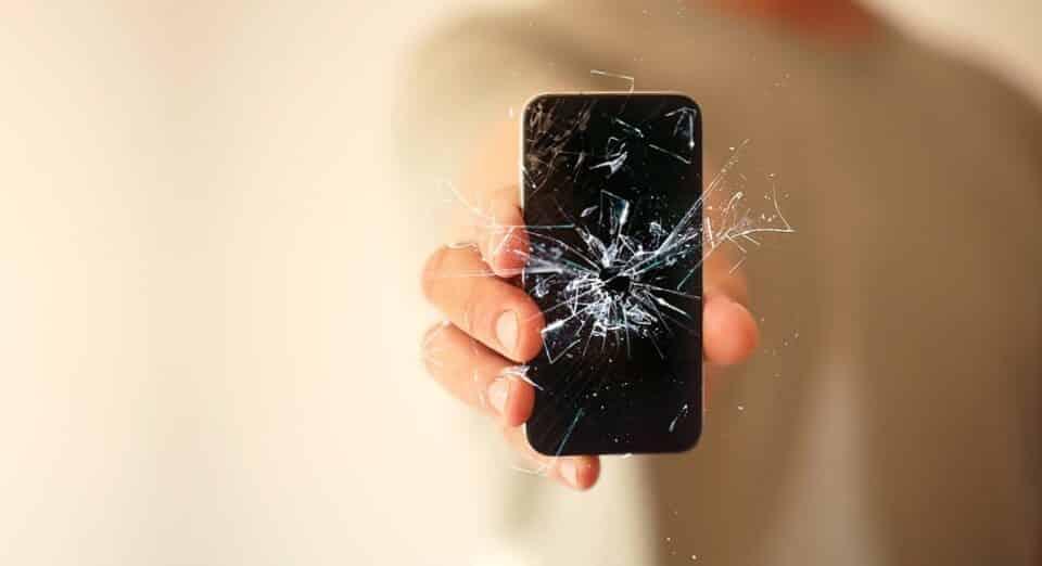 Tela trincada: dicas para economizar no conserto do celular