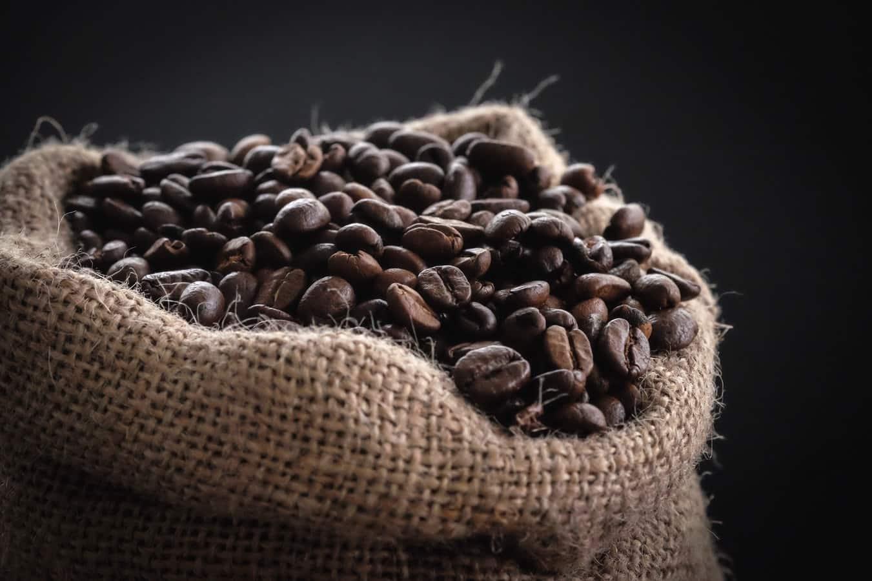 Como fazer café no coador ou na cafeteira