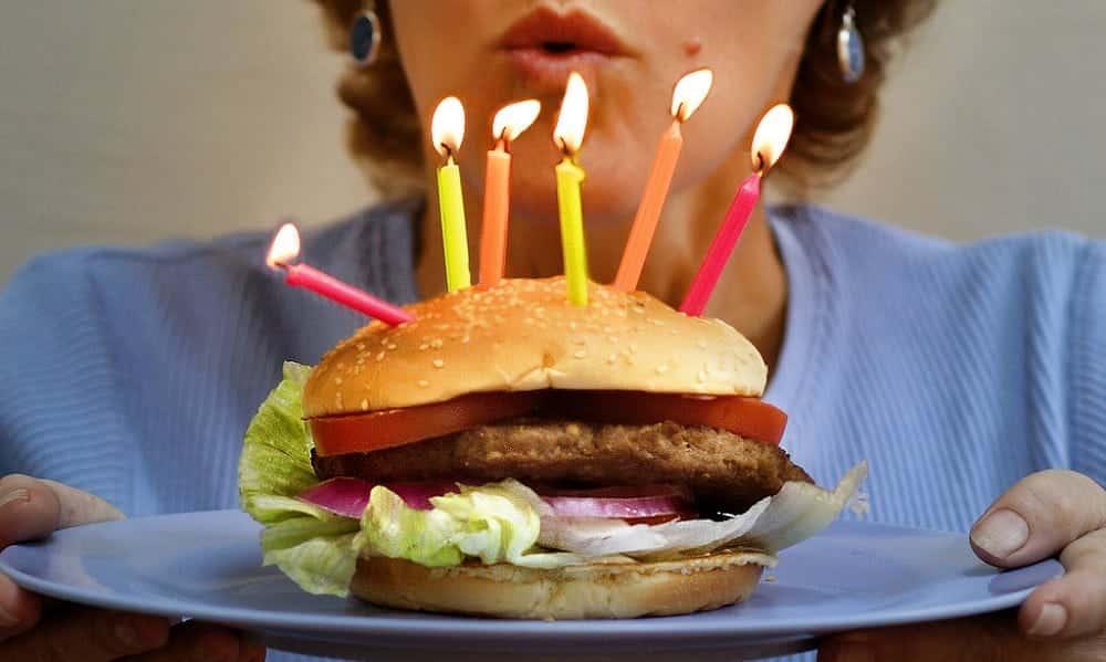 5 lugares onde você pode comer de graça no dia do seu aniversário