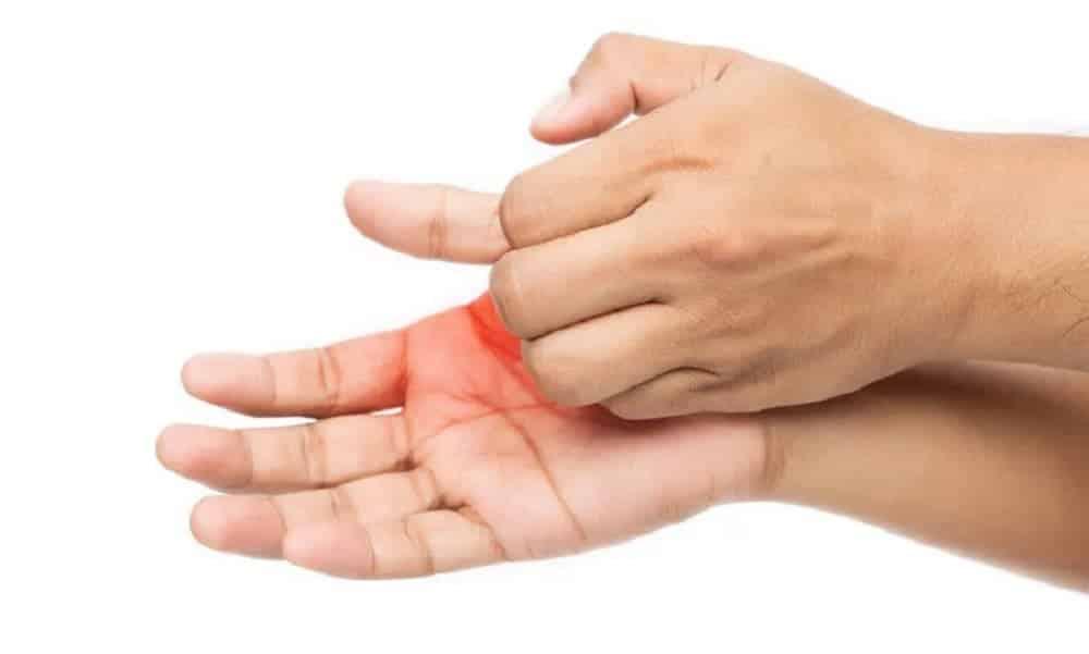 O que realmente significa aquela coceira na palma da mão?