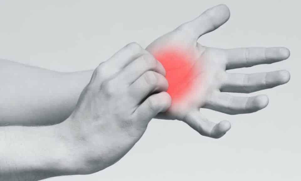 Coceira na palma da mão: sinal de dinheiro ou alerta de doença?