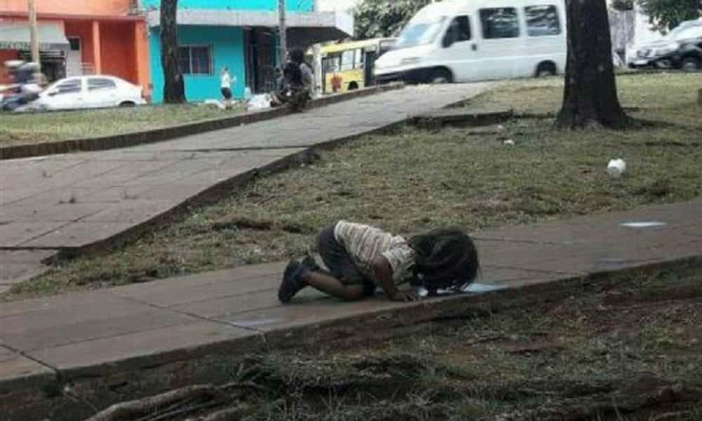 A história por trás da foto que mostra criança bebendo água do chão, na Argentina