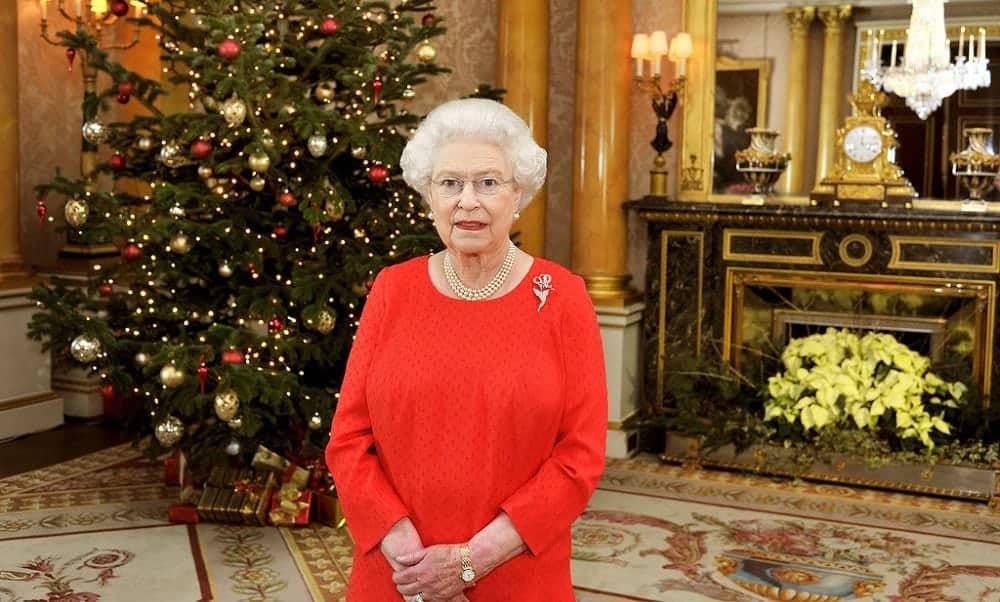 Rainha Elizabeth dá presente de Natal comprado em supermercado para funcionários reais