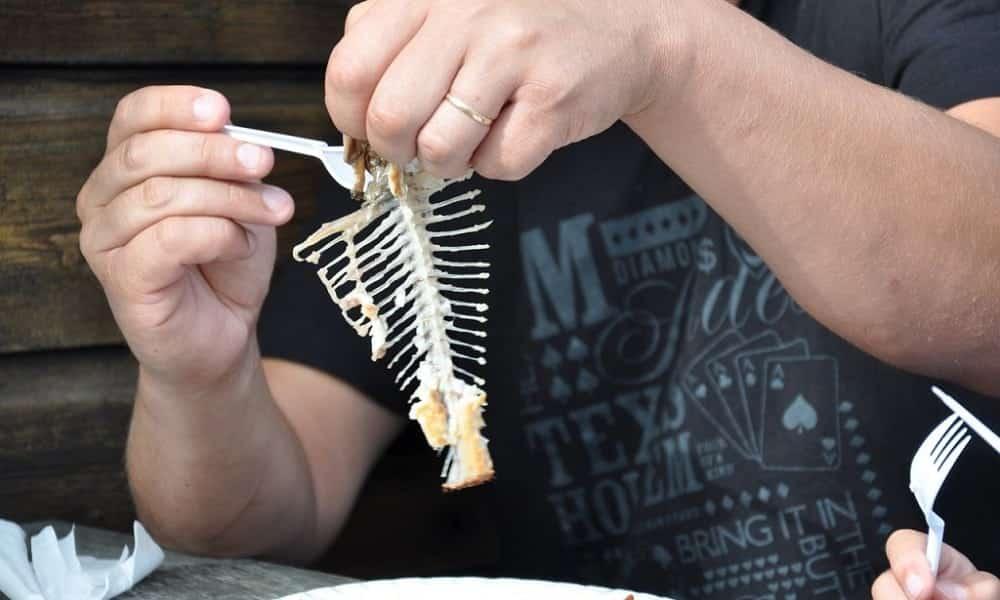 É isso que você deve fazer se alguém se engasgar com espinha de peixe