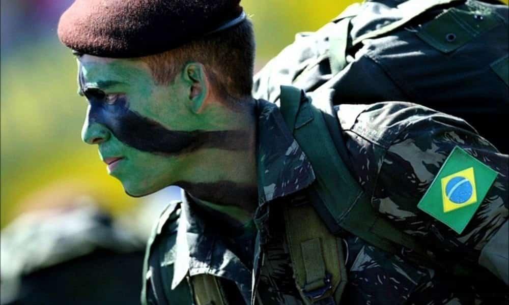 O que acontece se um homem não se alistar no exército aos 18 anos?