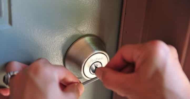 Abrir fechadura com grampos ou clips de papel é possível?