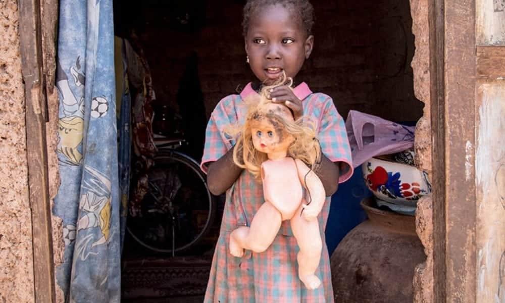 Desigualdade social: brinquedos favoritos de várias crianças pelo mundo