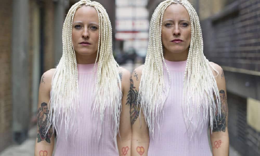 Ensaio fotográfico ressalta diferenças de gêmeos idênticos