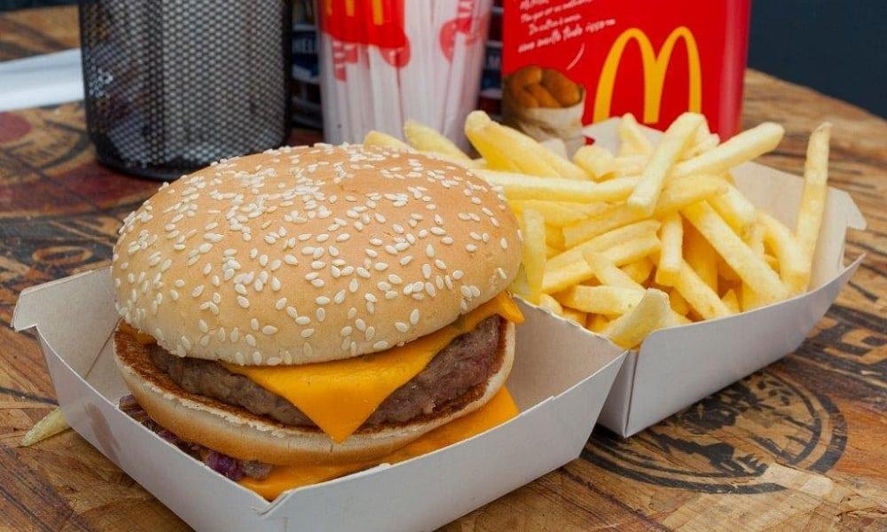 Comprar Big Mac exige mais de 50 minutos de trabalho no Brasil