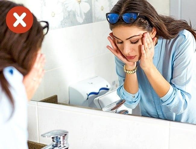 d999f1871 Colocar os óculos no topo da cabeça, como se fosse uma tiara, não é uma boa  ideia. Quem usa óculos precisa ter consciência que isso acaba deformando a  ...