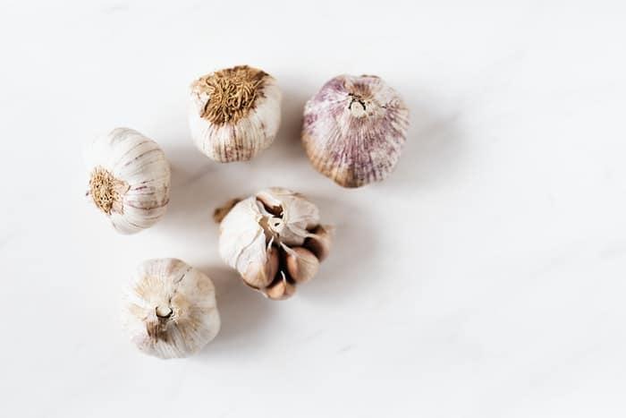 13 benefícios do alho para sua saúde (muito além do tempero)
