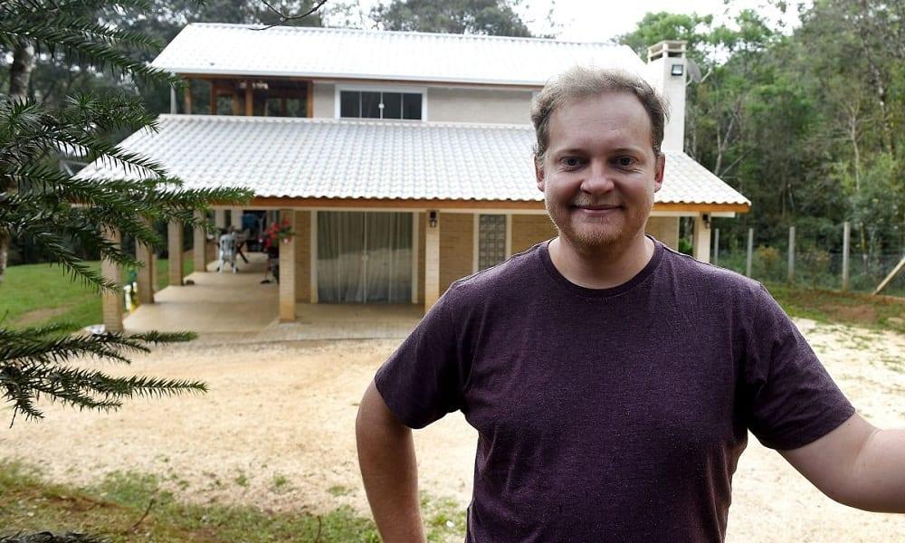 Brasileiro constrói casa sozinho, assistindo a tutoriais no Youtube