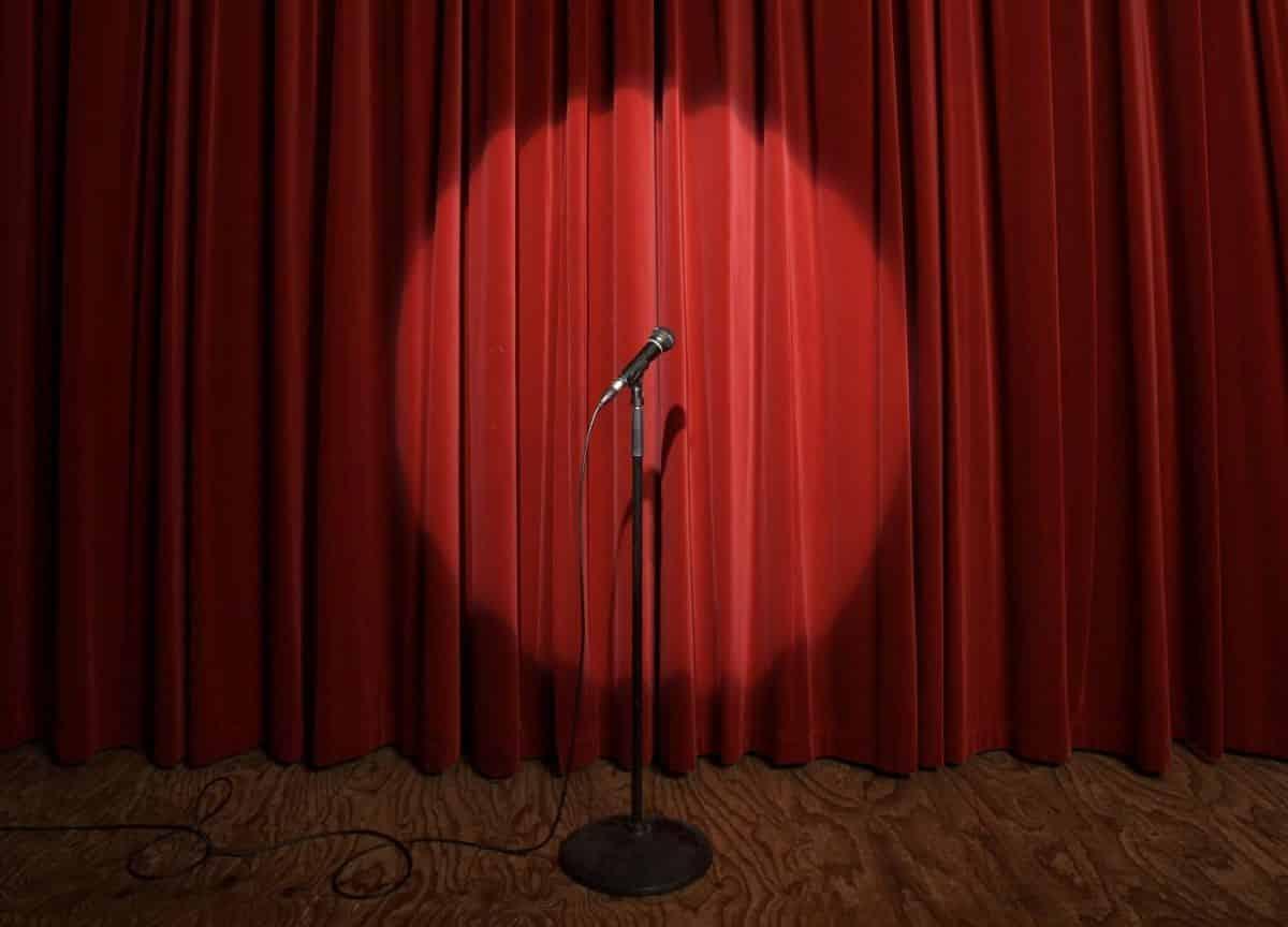 Fotografia de um palco de stand up comedy