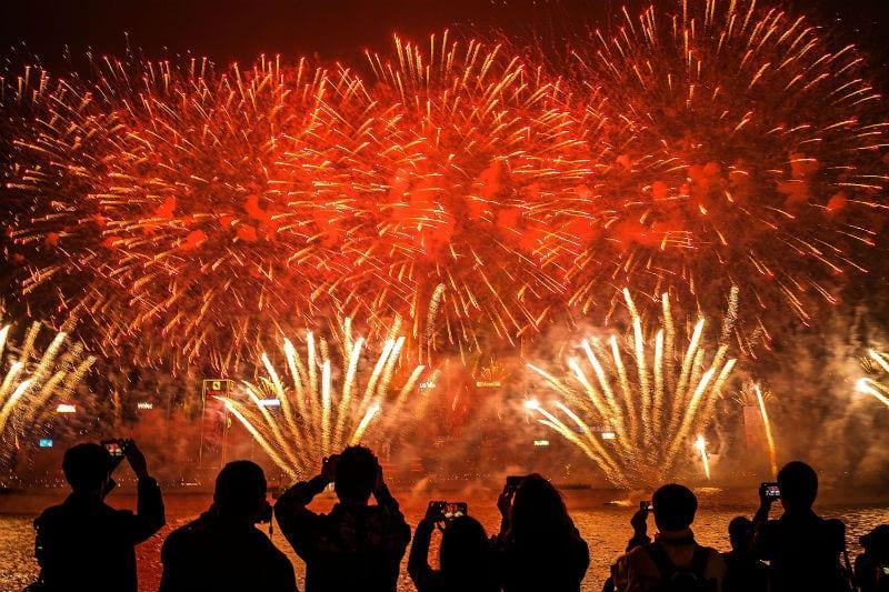 Como são feitos os fogos de artifício? Entenda os estouros e as cores