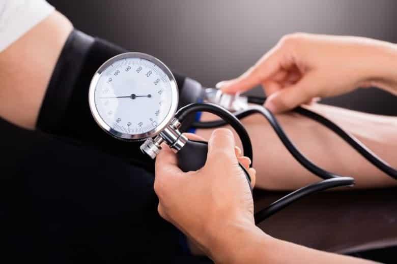 Quais são os sintomas, as causas e tratamentos da pressão baixa