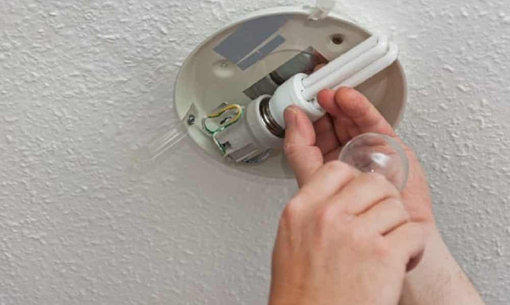 Tem Na Web - Você sabe como trocar uma lâmpada queimada? Aprenda!