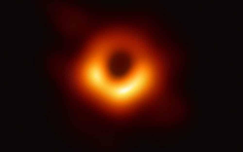 Primeira imagem de um buraco negro é registrada por cientistas