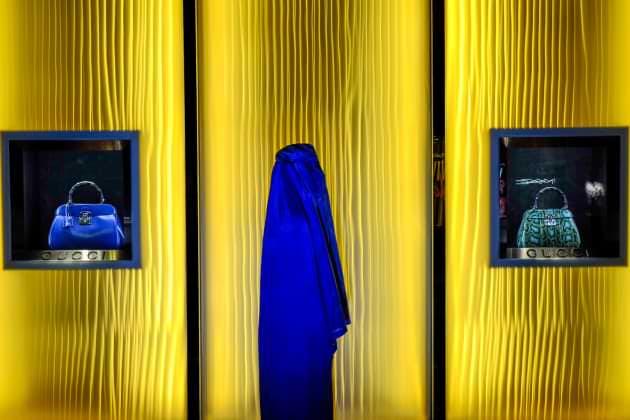 Série fotográfica mostra uma mulher de burca em situações do dia a dia