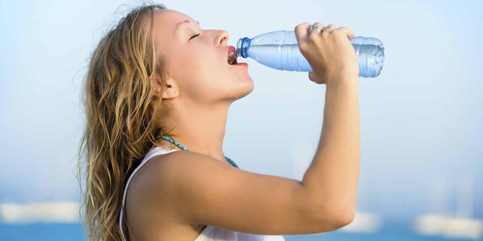 Quer motivos para aprender a beber água? Então toma 14 pra você