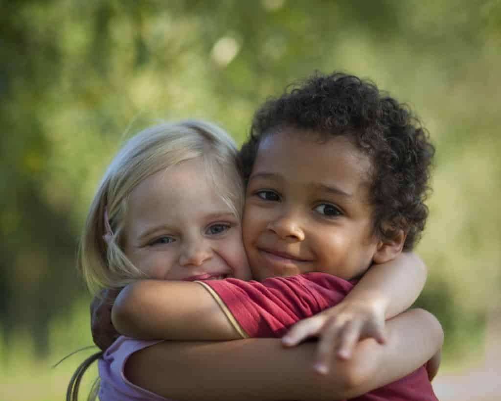 Você sabia que o abraços fazem bem a saúde?