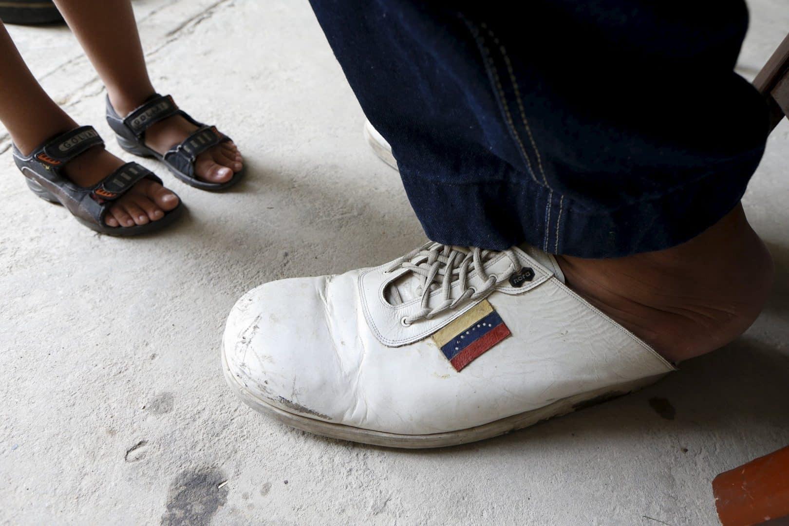 Maior pé do mundo tem mais de 41 cm e pertence a venezuelano