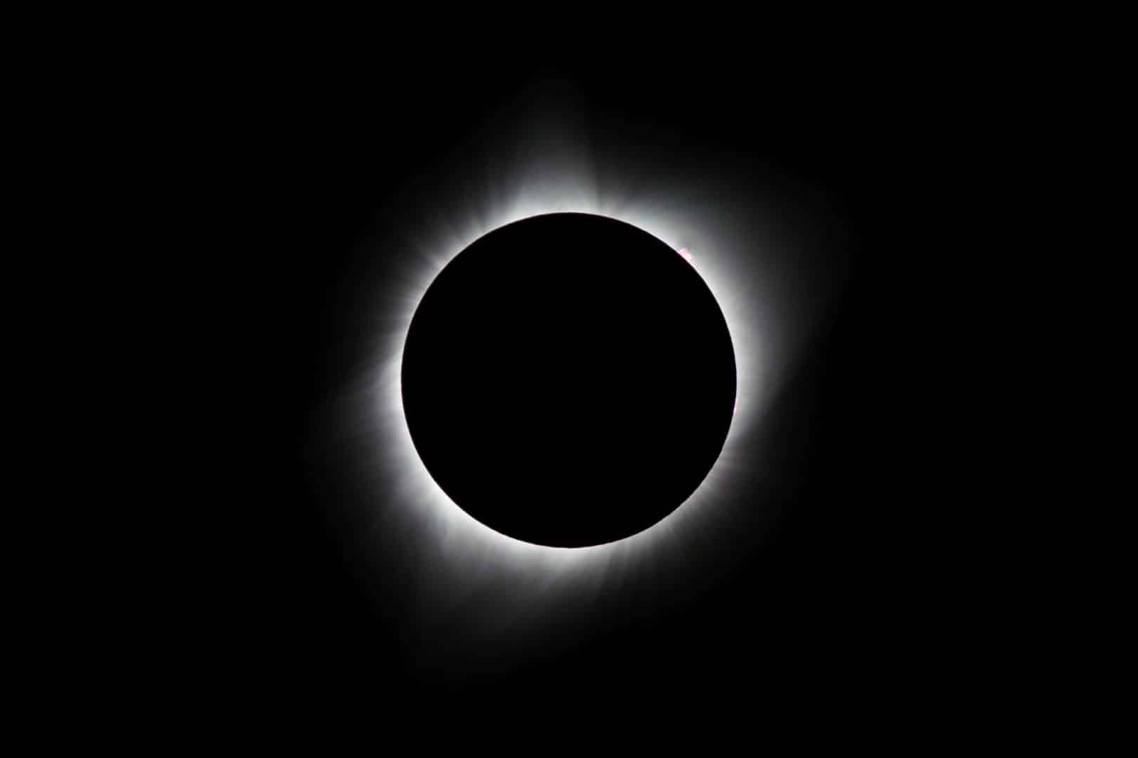 Onde e como observar o eclipse solar que acontece nessa terça-feira (02)