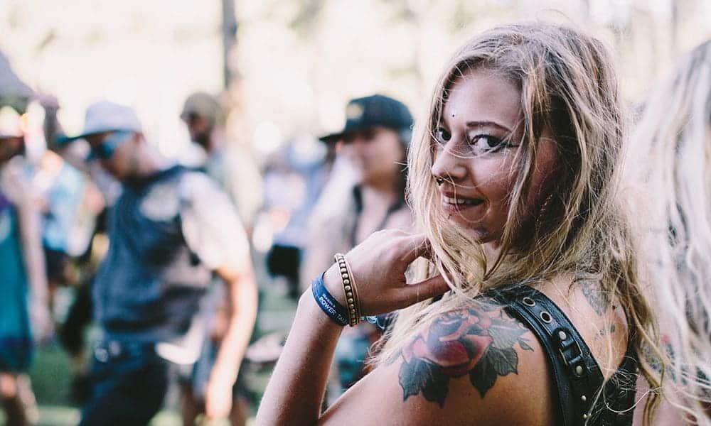 Tatuar flores em blackwork e fineline está em alta! - 27 mestres da arte