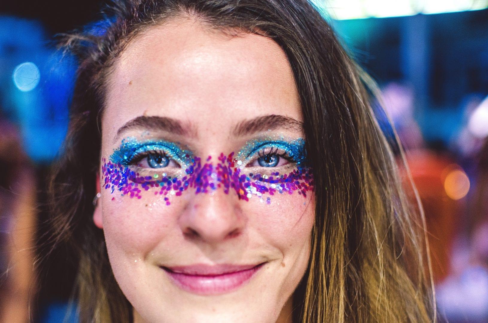 Purpurina - o que é, como usar na maquiagem e diferença para o glitter
