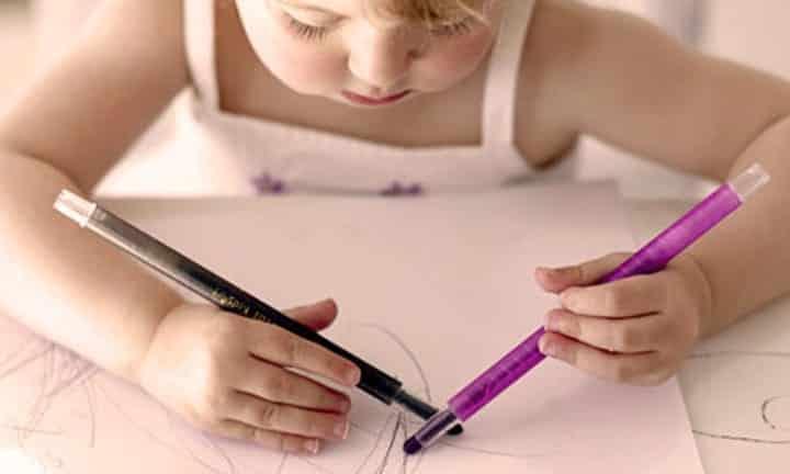 Fotografia de uma criança desenhando