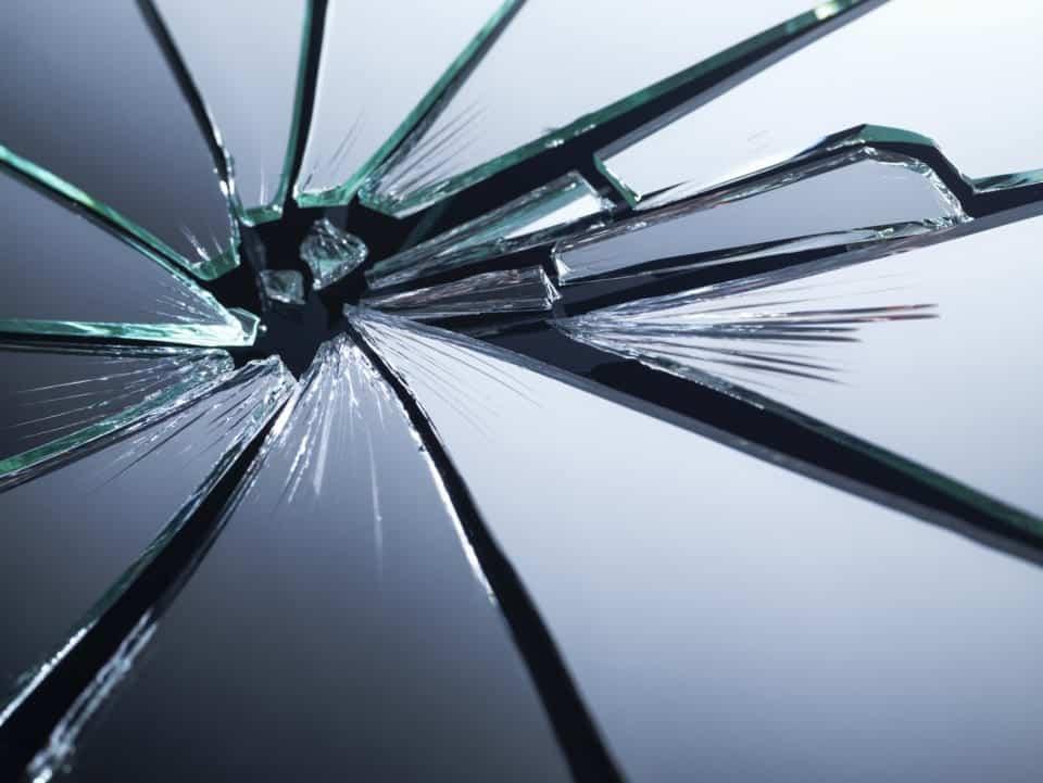 Espelho quebrado - origem da superstição e o que fazer com os cacos