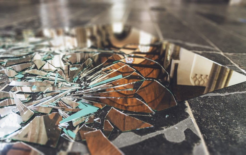 Espelho quebrado – Origem da superstição e o que fazer com os cacos