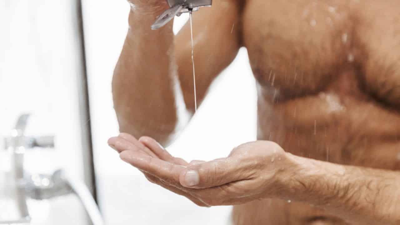 homem cuidando da higiene