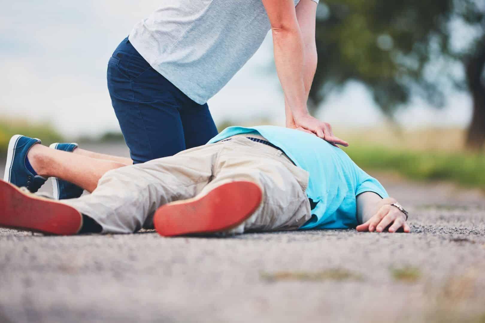 Manobra de Heimlich - como fazer e em que situações de asfixia utilizar