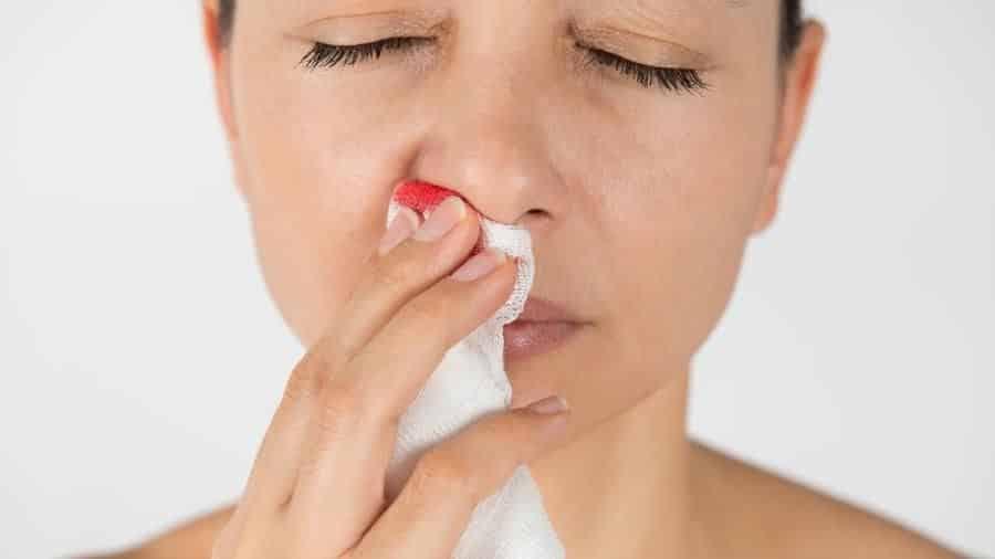 Sangue pelo nariz é normal? Causas e o que fazer