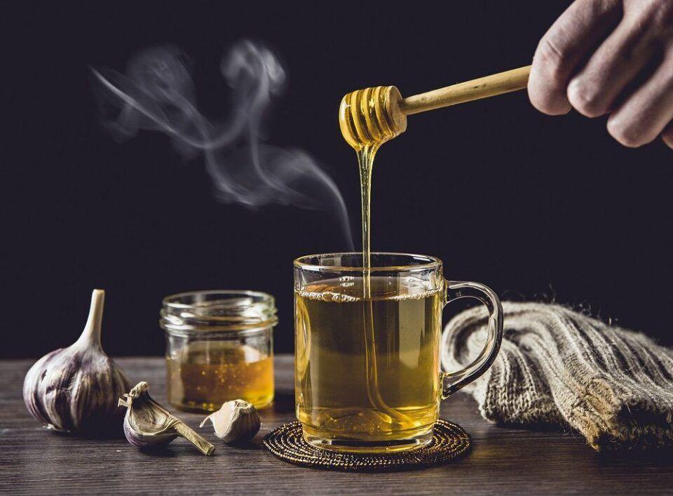 Chá de alho, como fazer? Benefícios da bebida para o organismo