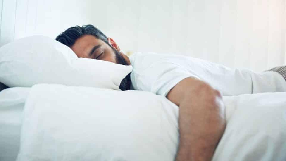 Comer e dormir faz mal? Consequências e como melhorar o sono
