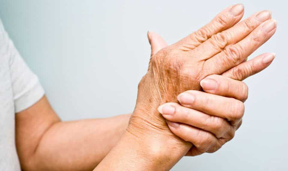 Tremores no corpo – Causas, tipos, sintomas e como tratar