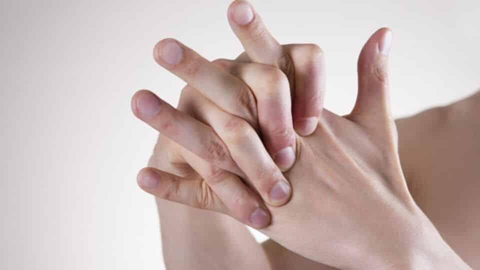 Estalar os dedos é prejudicial ou não para a saúde? Como acontece