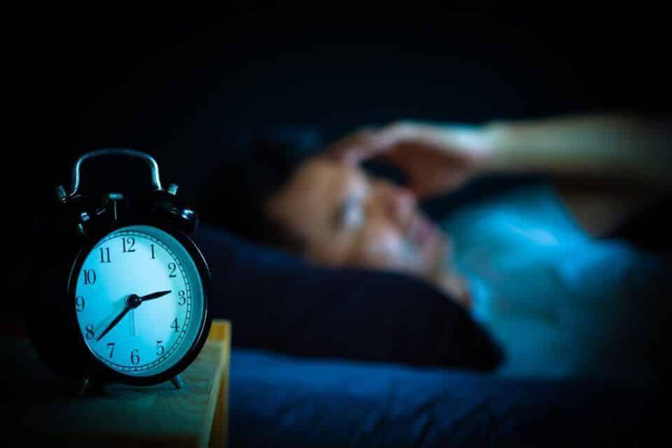 Acordar de madrugada – Principais razões e formas de solucionar