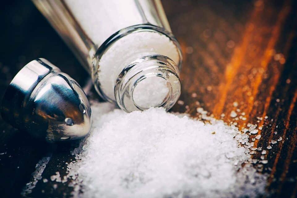 Comer muito sal – Consequências e como reduzir os danos à saúde