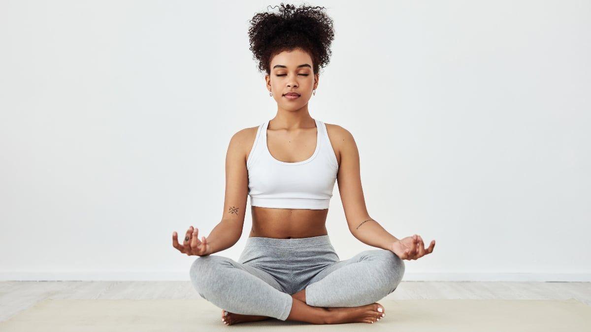 Fotografia de uma mulher meditando para ilustração do item