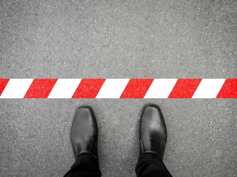 Fotografia de uma pessoa perto de uma linha de limite para ilustração do item