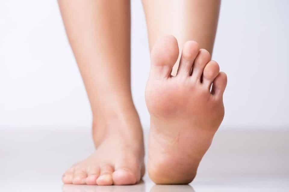 Dor nos dedos dos pés – Principais causas e como tratar