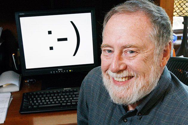 Fotografia do professor Scott Fahlman e o primeiro emoticon ao fundo