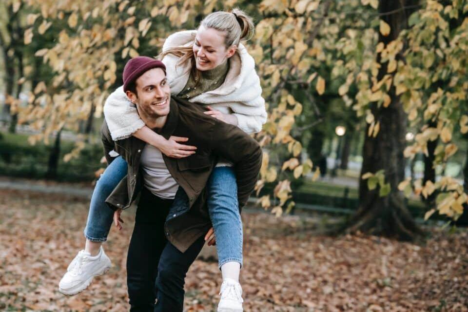 O que significa crush? Origem, usos e exemplos dessa expressão popular