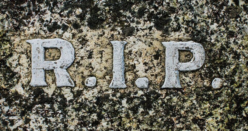 O que significa RIP? Origem e usos da sigla ao longo da história