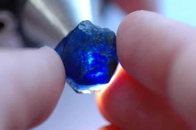 Fotografia de uma safira para ilustração desse item