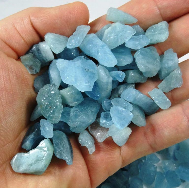 Fotografia do mineral água marinha na mão de uma pessoa para ilustração do item