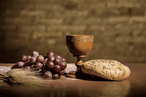 Fotografia de uma composição com pão e vinho para ilustração do item